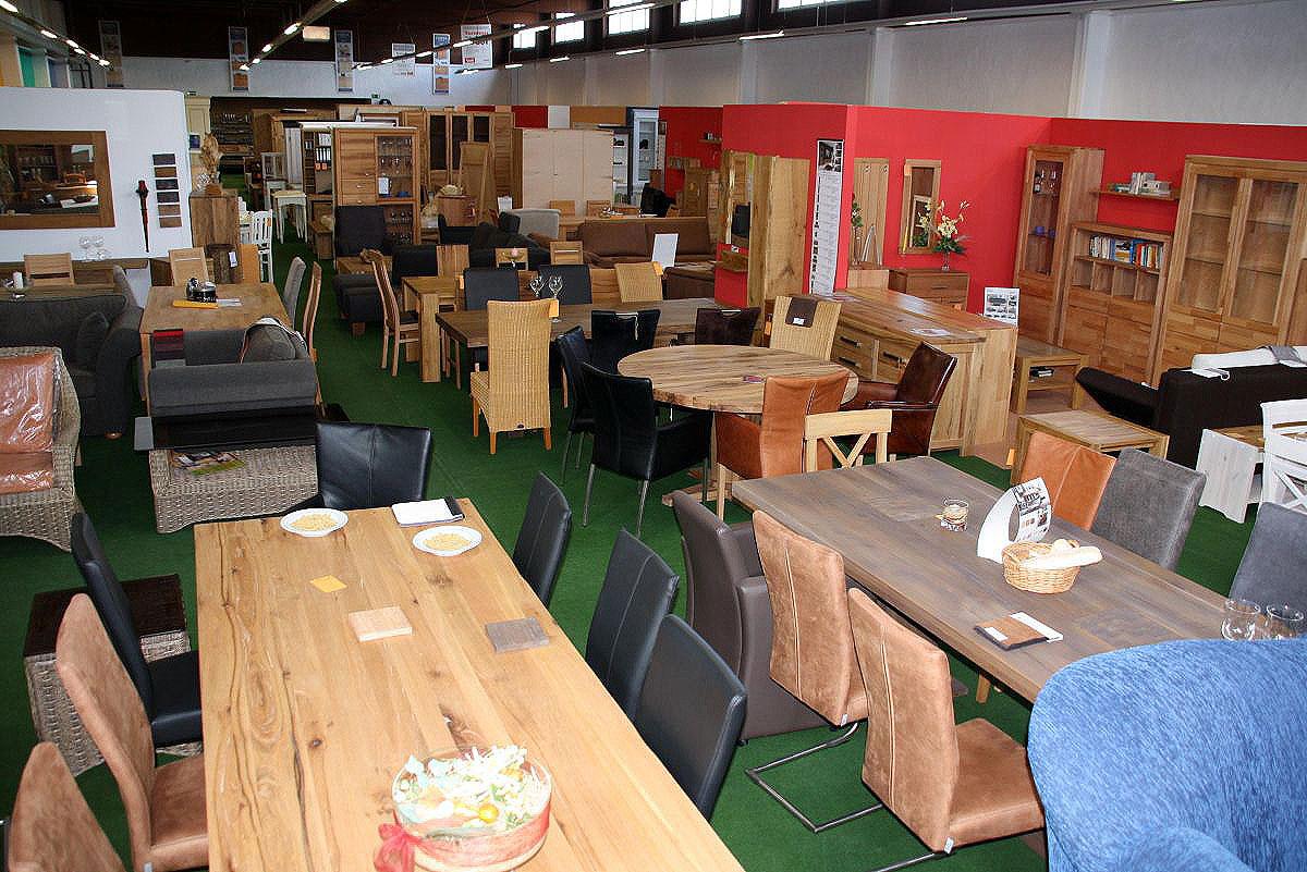 Möbel Goslar Esstische und Vitrinen
