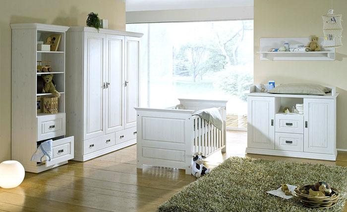 weißes kiefernholz babyzimmer mit 3tuerigem kleiderschrank bababett regalen und wickelkommode