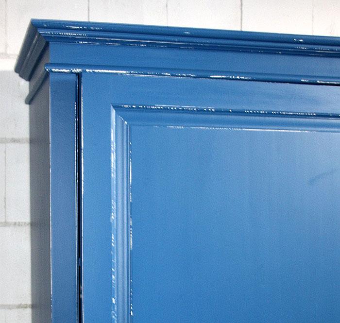 Dielenschrank Detailansicht blau weiss Fichte massiv Detailansicht