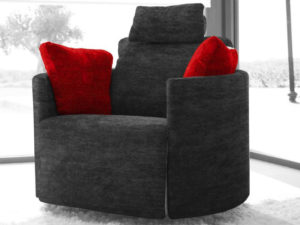 fama relaxsessel in anthrazit mit roten zierkissen