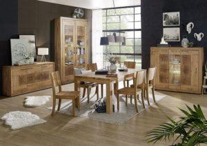 komplettes esszimmer aus wildeiche massivholz mit esstisch und stuehlen vitrine anrichte und highboard