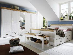 kleiderschrank und bett in kiefer massiv weiß lackiert und gebeizt abgesetzt