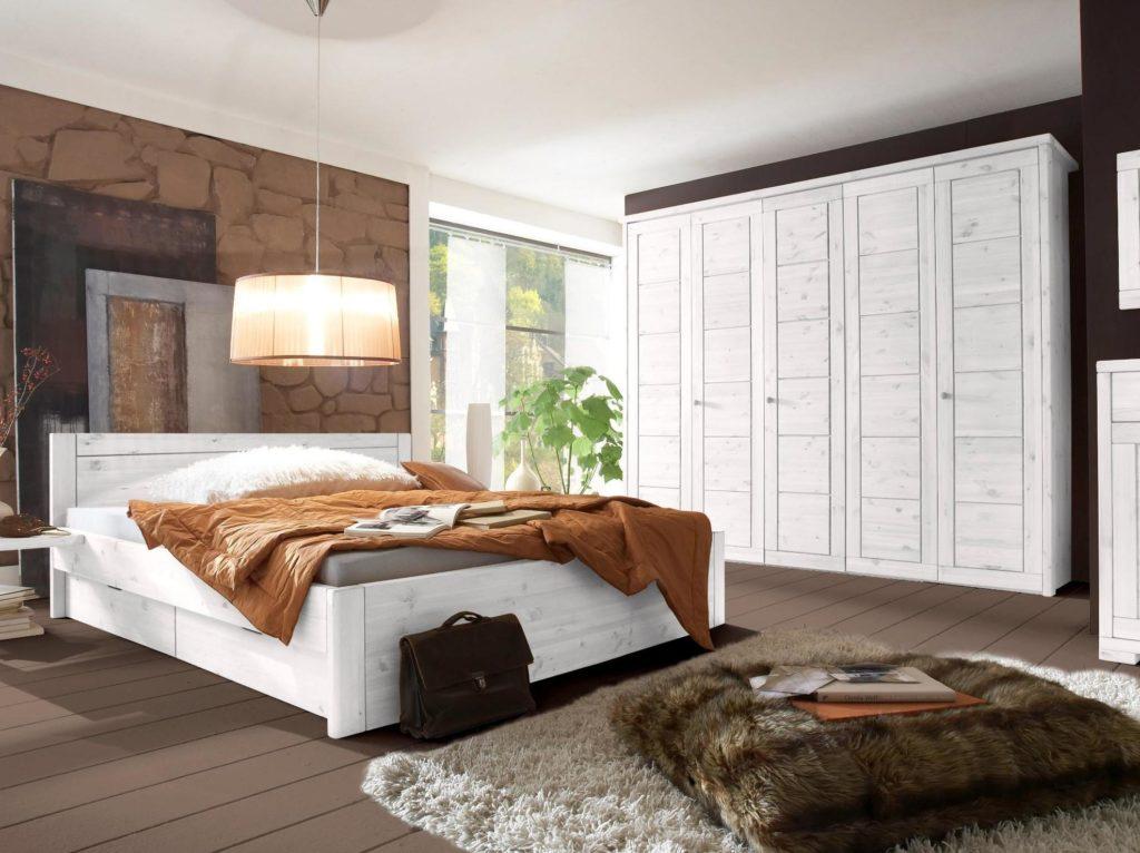 weißes schlafzimmer mt 5tuerigen kleiderschrank und doppelbett