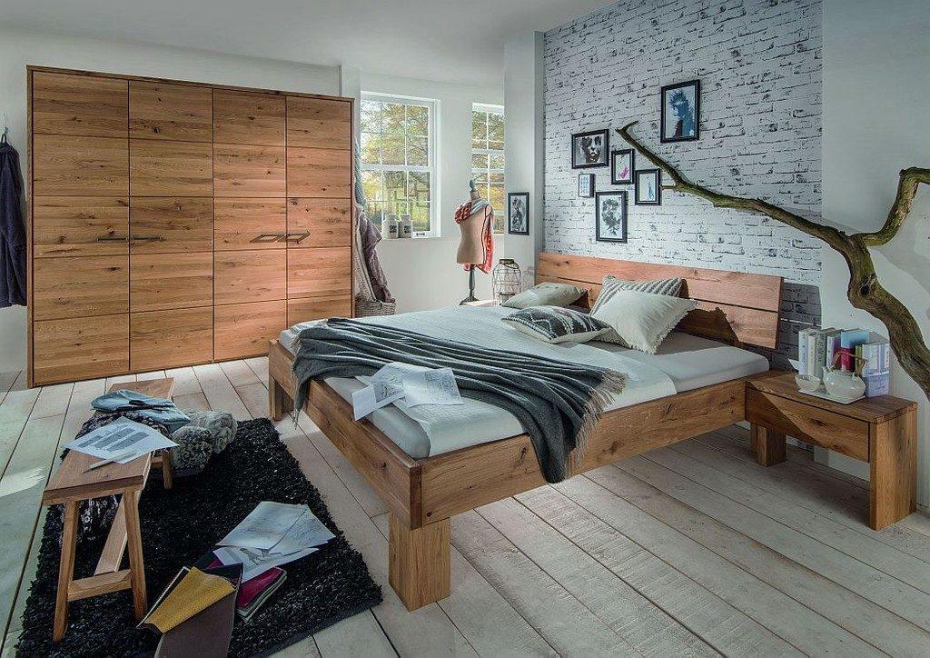 schlafzimmer aus rustikalem massivholz mit kleiderschrank und holzbett in eiche geoelt