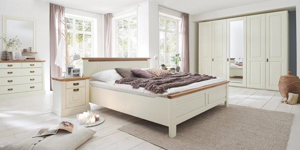 schlafzimmer weiss im landhausstil mit zierleiste in wildeiche geoelt