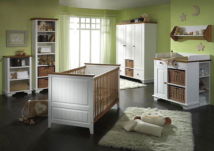 babyzimmer in grün gestrichen mit weiß und goldbraun abgesetzten massivholzmoebeln