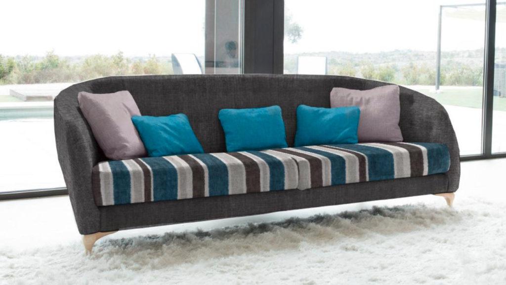 fama sofa mit grauer getufteter rueckenlehne sitzflaeche gestreift und geschwungenen fueßen