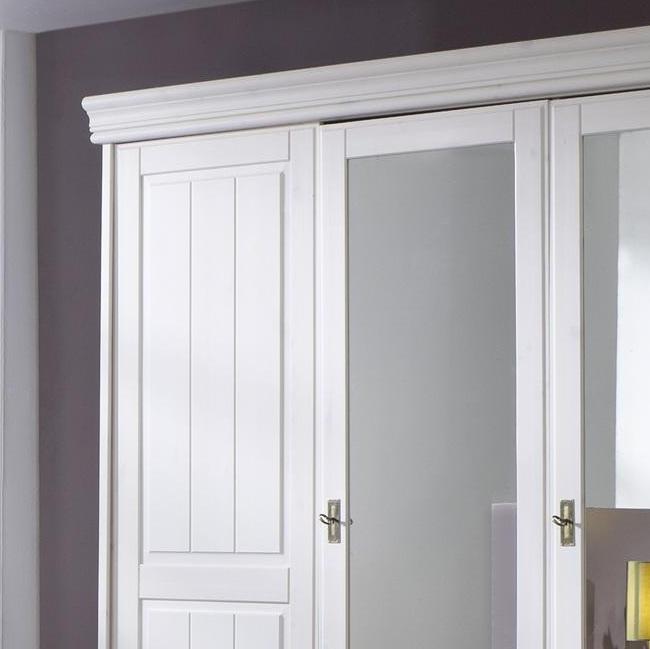 ausschnitt von kleiderschrank weiß mit kranz in weiß