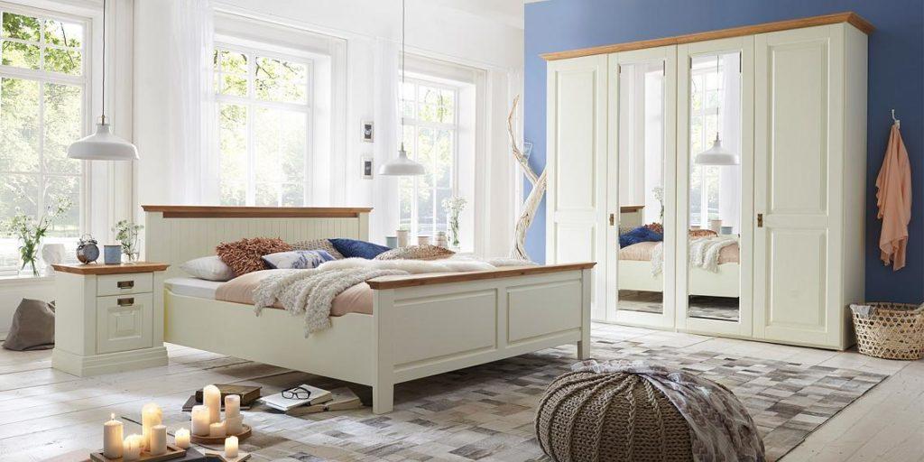 landhausstil schlafzimmer mit doppelbett und kleiderschrank in kiefer massiv creme lackiert